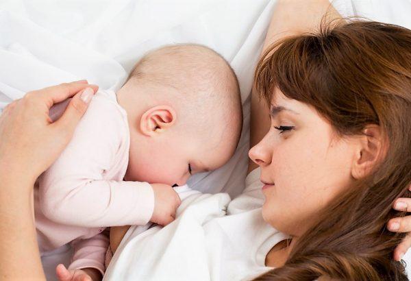 ¿Dar de lactar acostada puede causarle otitis a mi bebé?
