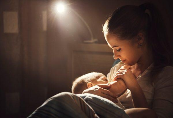 8 prácticos tips para sobrevivir a la lactancia nocturna